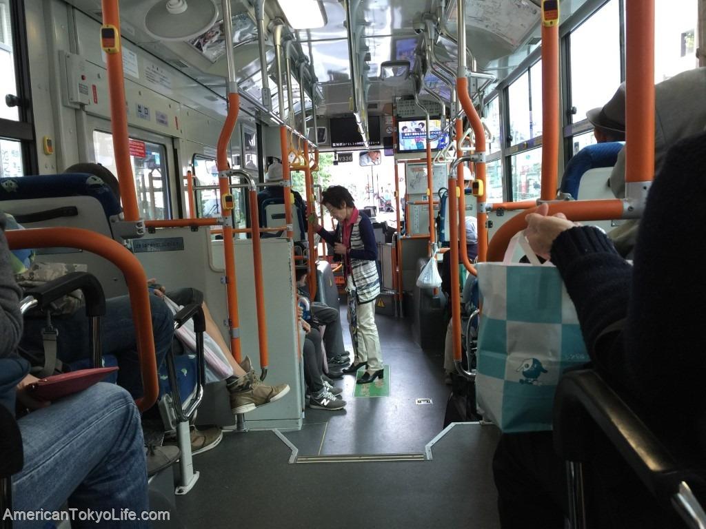 海外の人がオーマイゴットと心配-不安な日本-市バス-バス社内-高齢者