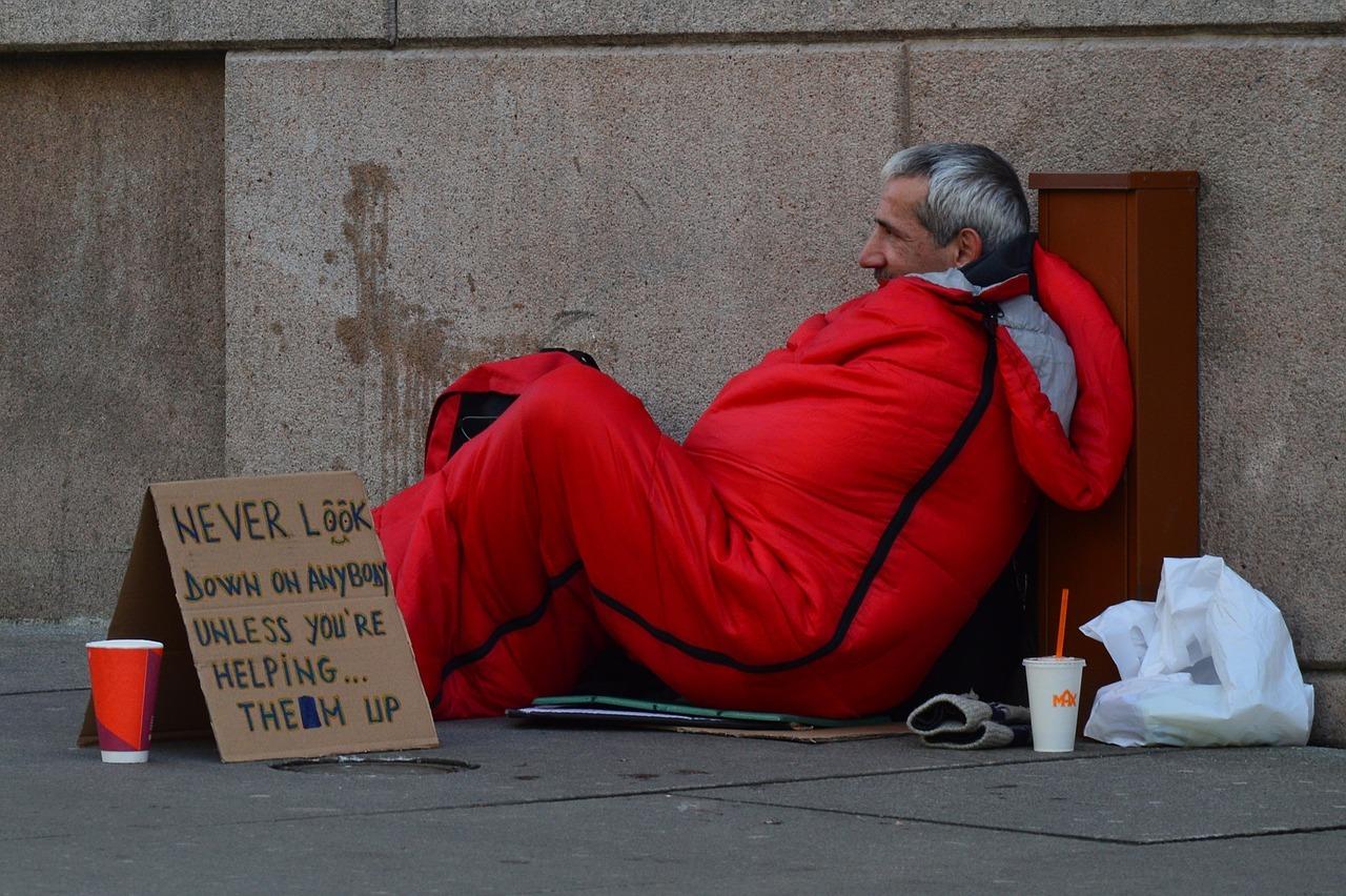 海外の人がオーマイゴットと心配-不安な日本-アメリカ-ホームレス-物乞い-助け合い