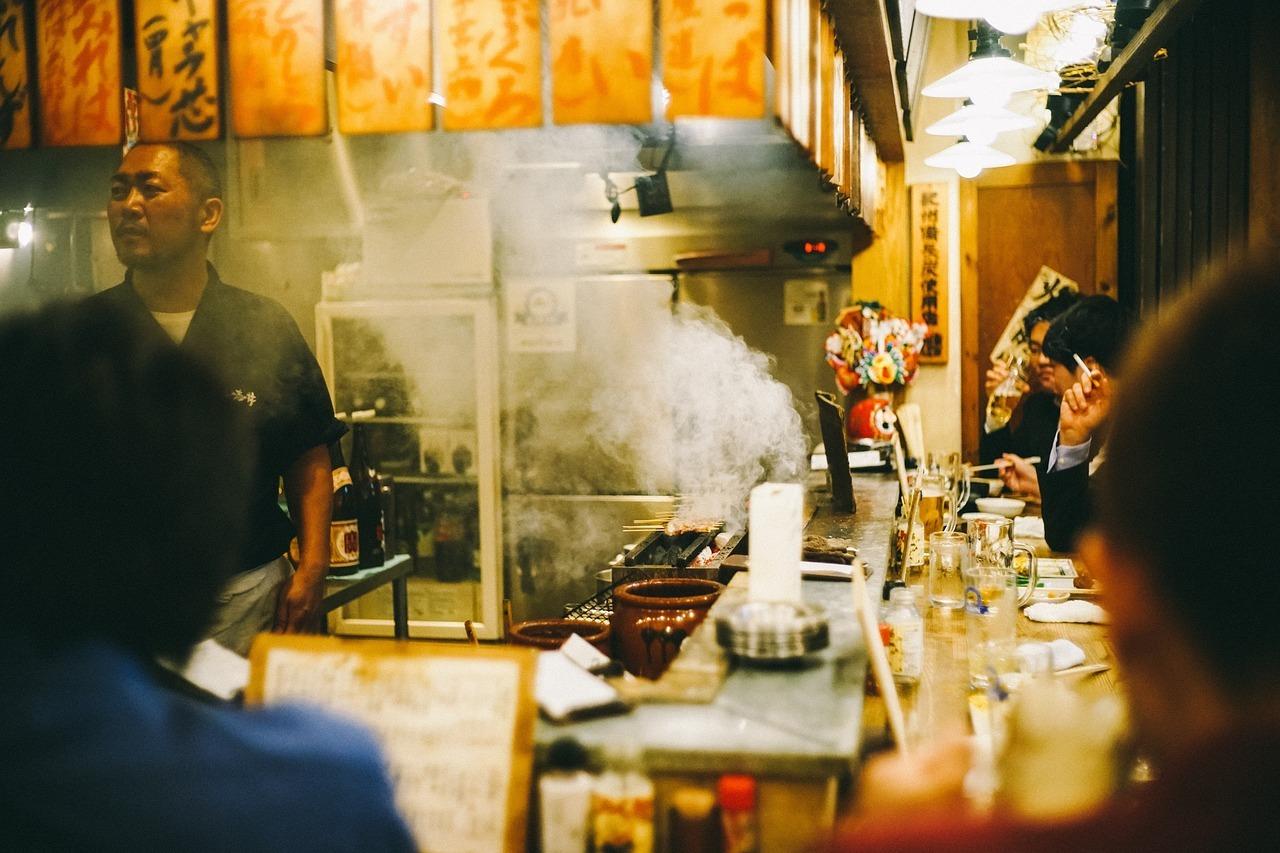 海外の人がオーマイゴットと心配-不安な日本-カウンター-飲み屋-喫煙-タバコ